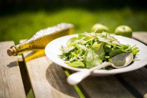 Salad merupakan salah satu jenis makanan yang dikenal dapat membantu melancarkan program diet karena biasanya terdiri dari berbagai jenis buah-buahan dan sayuran yang rendah lemak, namun bisa membuat perut kenyang.